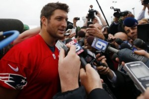 It was former Gator teammate Aaron Hernandez that said Tim Tebow should give playing TE for the Pats a try.