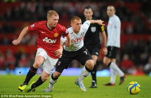 Paul Scholes battles for the ball against Fulham. It will be ManU and Fulham Sunday 11 am on USA Network